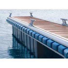 stootkussen voor boot gemonteerd op de steiger of kade